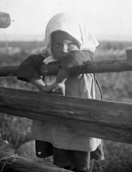 «Общая любимица деревни полусиротка Машенька у плетня»