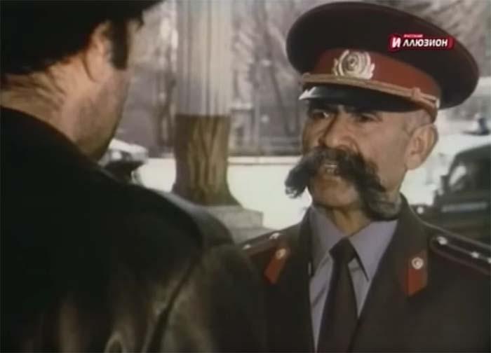 Кадр из к/ф «Случай в аэропорту», где Мулло Нуров играл самого себя – инспектора ГАИ