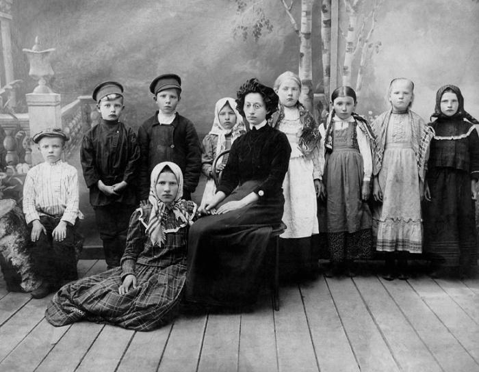 Учительница В. Борункова с учениками Городновской школы Данковского уезда Рязанской губернии, 1913 год