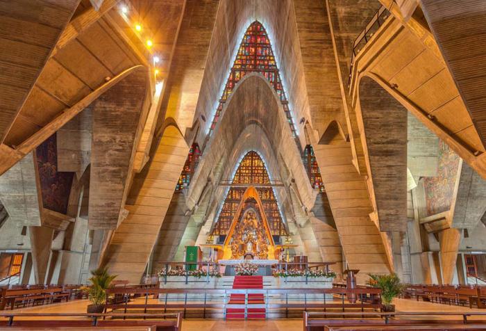 Внутренний интерьер Базилики Богоматери Альтаграсии так же уникален, как и ее архитектура