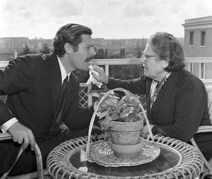 Марчелло Мастроянни с мамой Идой на террасе дома в Риме, 1963 год