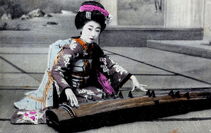 Играя на кото, около 1910г