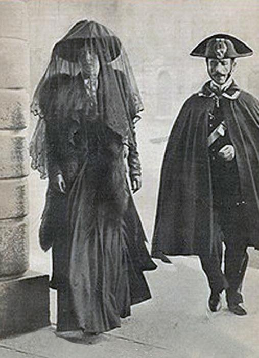 Kарабинер сопровождает М. Тарновскую в суд, Венеция, 1910 год