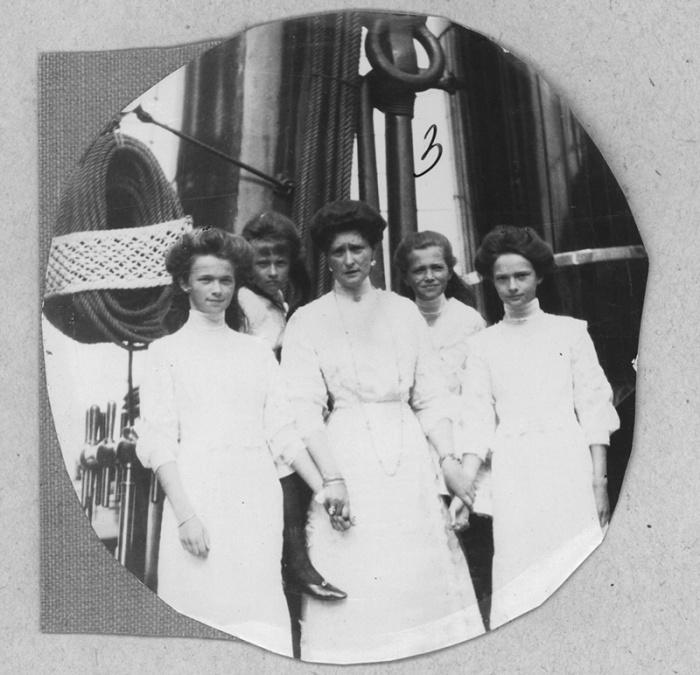 Императрица Александра Федоровна с дочерьми на борту яхты «Штандарт», 1910 год