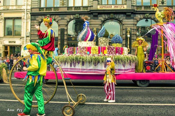Участники Парада цветов в Санкт-Петербурге проходят по Невскому проспекту