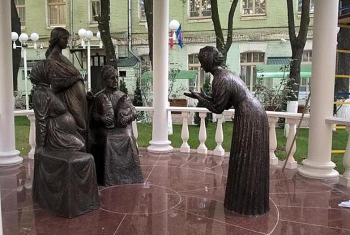 Памятник, созданный скульптором Александром Костиным и установленный в 2016 году на территории бывшего родильного дома имени А.А.Абрикосовой