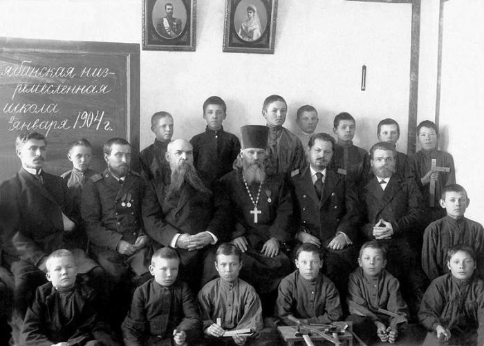 Первый выпуск учеников ремесленной школы, г. Челябинск, 1904 год