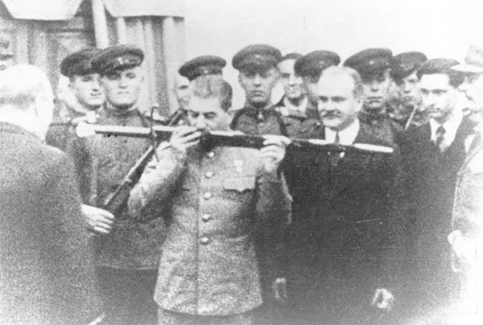 Меч Сталинграда передают Сталину