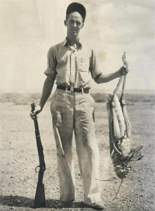 Американский фермер с гигантским кузнечиком