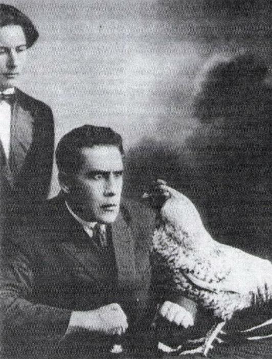 Владимир Гольцшмидт гипнотизирует курицу, не позже 1923