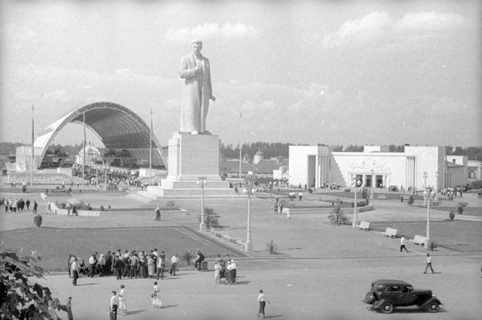 Монумент Сталину высотой 25 метров украшал Всесоюзную сельскохозяйственную выставку начиная с момента ее открытия