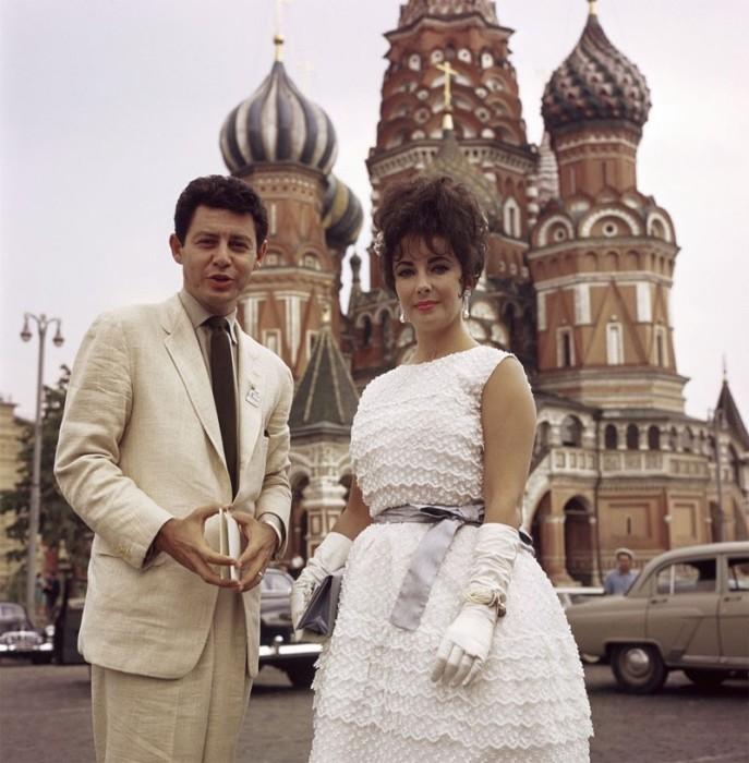 Супруги Элизабет Тейлор и Эдди Фишер на Красной площади в Москве, 17 июля 1961 года