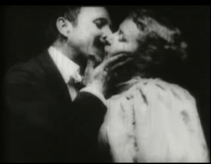 Кадр из 18-секундного фильма «Поцелуй» 1896 года
