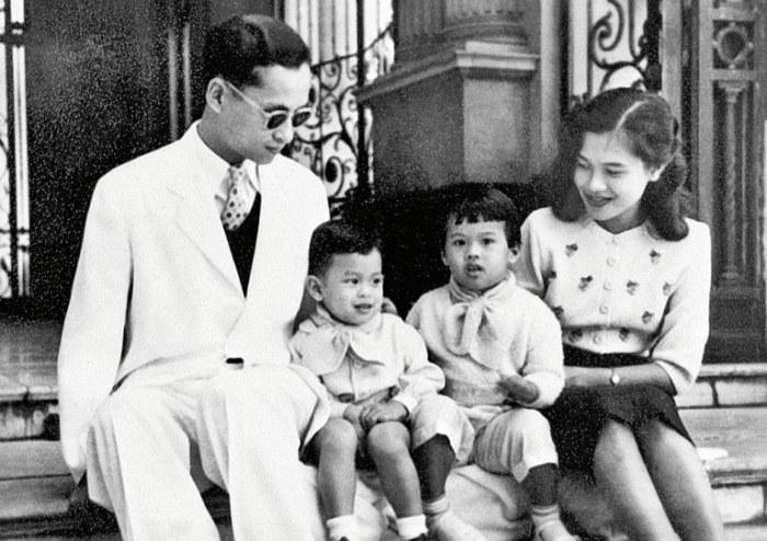 Король Пумипон и королева Сирикит с принцем Вачиралонгкорном и его сестрой, 1955 год.