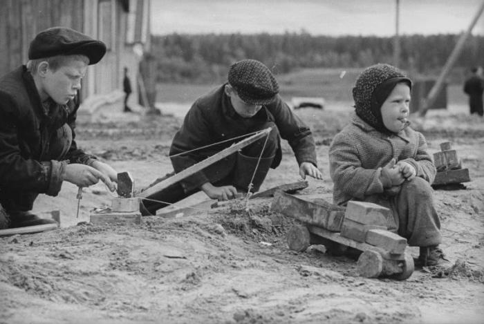 Дети, играющие в «стройку», 1965 год, Всеволод Тарасевич