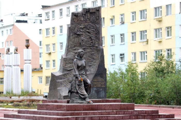 Памятник Ларисе Попугаевой в городе Удачный