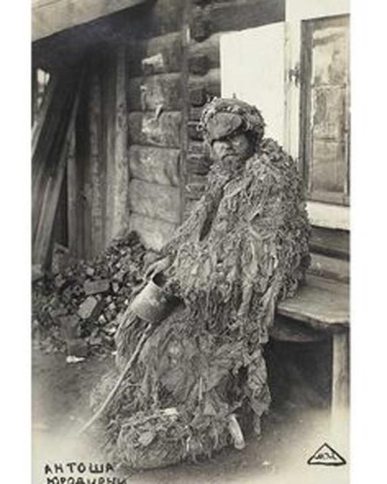 Антоша Юродивый на станции Черемхово. Почтовая открытка, 1900-е