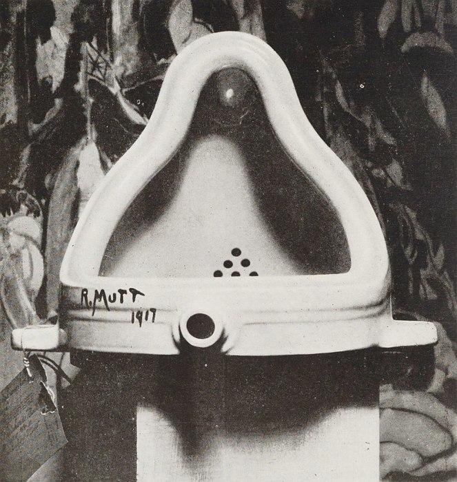 Фотография оригинала работы Дюшана, сделанная известным фотографом и меценатом Альфредом Стиглицем, в качестве фона была выбрана картина Хартли Марсдена «Войны»