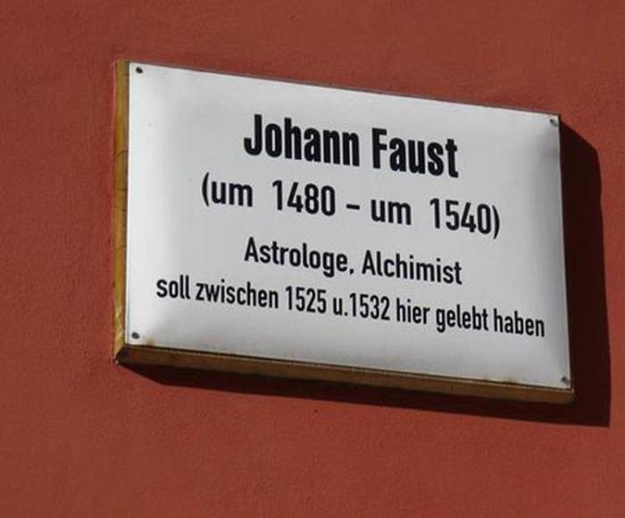 «Иоганн Фауст (ок. 1480 — ок. 1540), астролог, алхимик, жил здесь между 1525 и 1532 годами» (мемориальная доска на доме в Виттенберге)