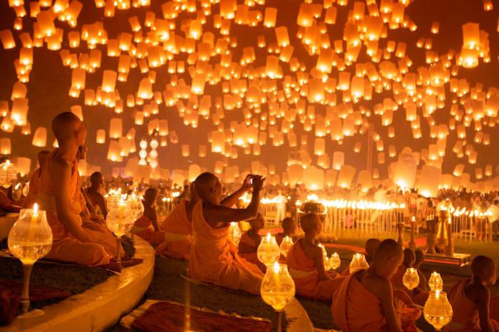 В полночь в небо запускают массу бумажных фонариков. Эта традиция называется Йи Пенг, и распространена она больше в Бирме и северных районах Таиланда