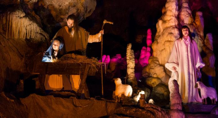 Постановка библейских сцен в пещере Постойна в Словении
