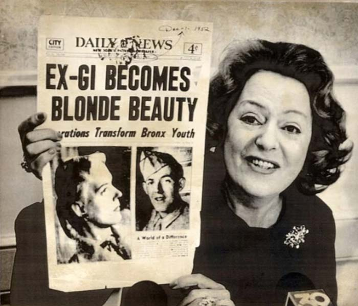 Кристина Йоргенсен со старым выпуском газеты, посвященным ей, 80-е годы
