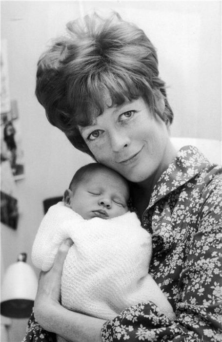 Мэгги Смит с новорожденным сыном