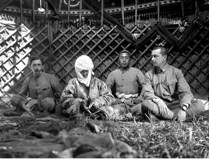 Маннергейм и французский востоковед Поль Пеллио в юрте Курманджан-датки