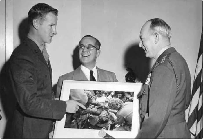 Военный корреспондент Фрэнк Прейтон получает награду за лучшее фото