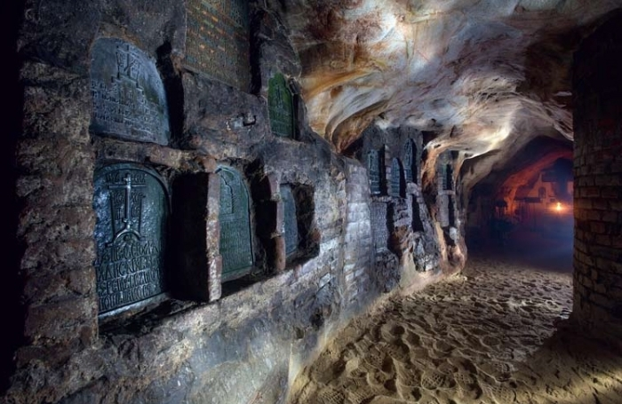 Уникальная система пещерных комплексов Псково-Печерского монастыря имеет протяженность более 200 метров.