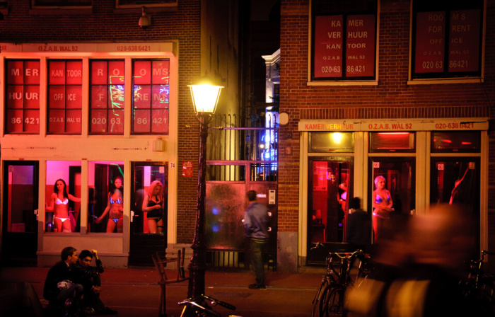 Улица «Красных фонарей» в Амстердаме. На витринах – товар во всей красе.