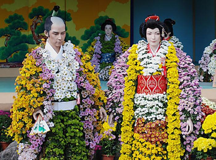 Хризантема имеет в японской мифологии божественное происхождение – цветок появился из упавшего на землю ожерелья Бога Неба Идзанаги
