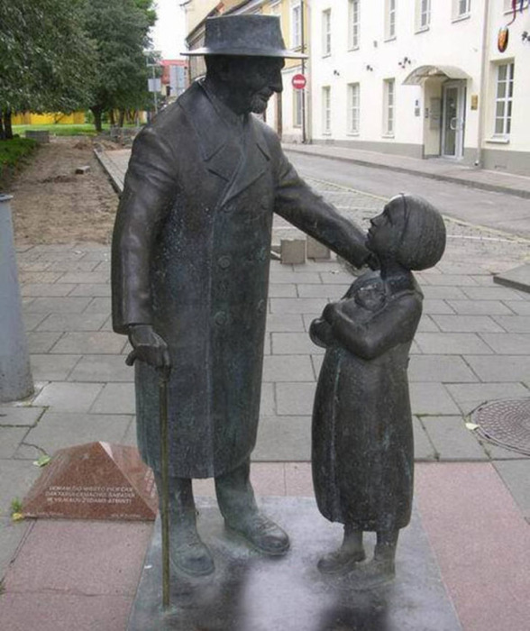 Памятник доктору Шабаду в Вильнюсе, работы скульптора Р. Квинтаса