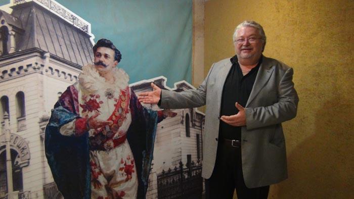 Юрий Юрьевич Дуров рядом с афишей своего знаменитого прадеда