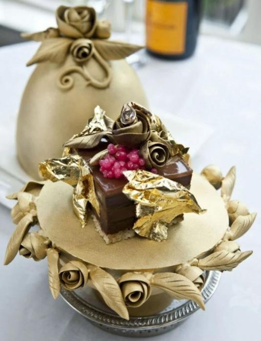 Золотые листики и бриллиант – секретные ингредиенты торта в виде яйца Фаберже