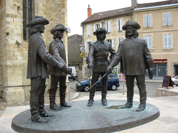 Скульптура, изготовленная Зурабом Церетели в подарок господину Монтескье, потомку рода Д'Артаньяна (г. Кондом)