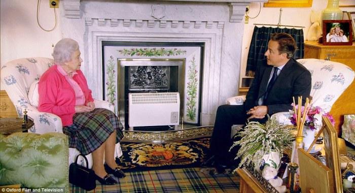 Неофициальный прием у английской королевы (в отдельных комнатах во дворце используются электрические камины, так как отапливать все здание зимой слишком дорого)