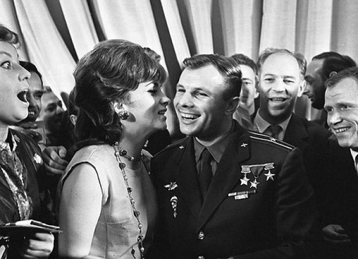 Знаменитый поцелуй в щечку Джины Лоллобриджиды и Юрия Гагарина, обошедший все западные периодические издания