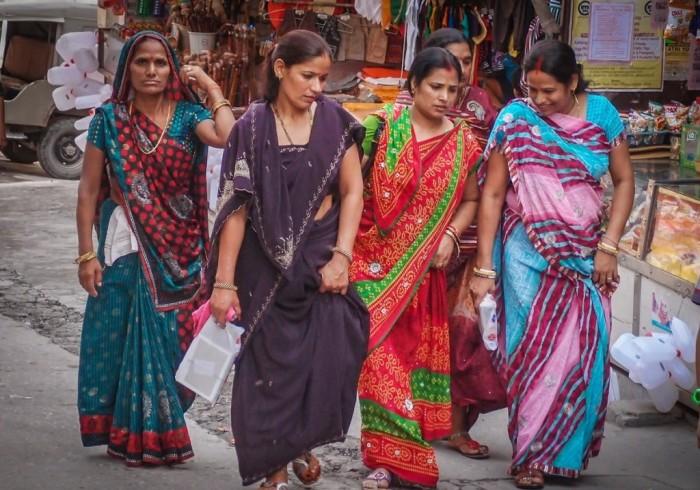 До сих пор в Индии сари является самым распространенным видом одежды для женщин