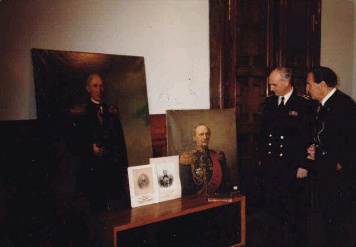 Эдуард Фальц-Фейн передает Военно-морскому музею портреты своих предков — адмиралов Епанчиных. Ленинград, 1985 г.