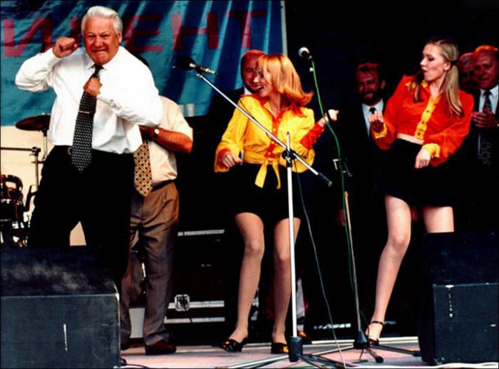 Борис Ельцин танцует на концерте во время своей избирательной кампании, 1997 год