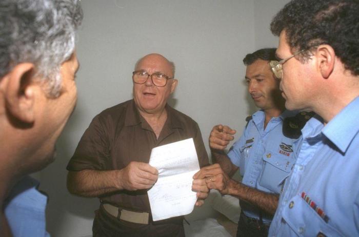 Демьянюк показывает оправдательный приговор израильского суда
