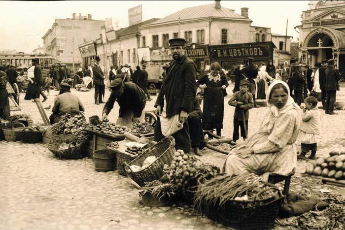 Торговля на рынках всегда была одним из главных занятий приехавших из деревни в большой город (рынок на Арбатской площади, 1909 год)