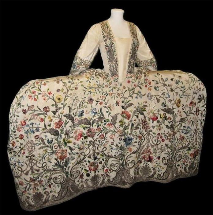 Платье-мантуя богато расшивались и показывали богатство владелицы