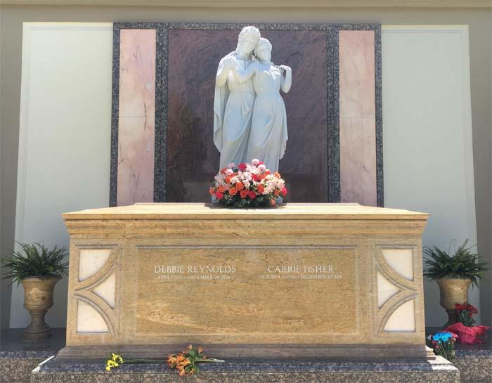 Памятник на могилах актрис Кэрри Фишер и Дебби Рейнольдс