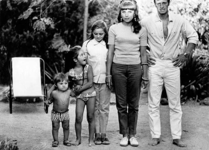 Семья Бельмондо в 1965 году, слева направо: Поль, Флоранс, Патриция, Элоди, Жан-Поль