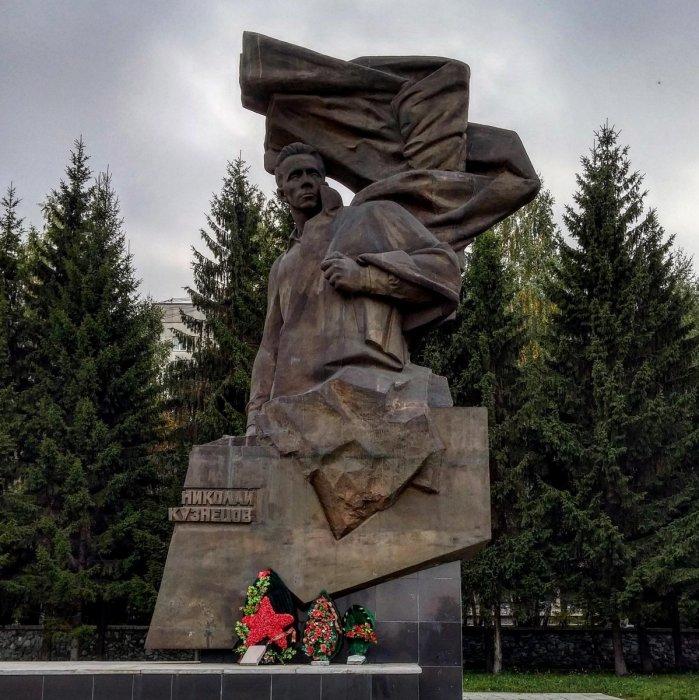 Памятник Николаю Кузнецову в Екатеринбурге