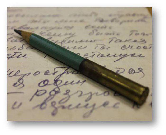 Химический карандаш. В стержень добавлялись водорастворимые красители. Обычно дети для получения более яркого цвета этот карандаш слюнявили