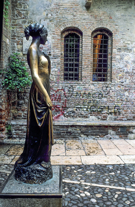 Статуя Джульетты в доме-музее литературной героини отполирована от прикосновений туристов. Хорошая примета – подержаться за правую грудь