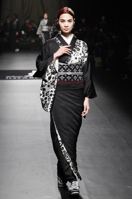 И мужской и женский вариант кимоно одевается с запахом в одну сторону – направо (в обратную сторону запахивают его только после смерти)